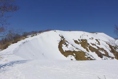 能郷白山の前山とそれに続く雪の尾根筋
