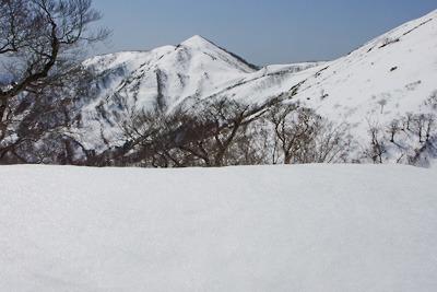 前山・能郷山間の雪庇越しに見た磯倉の山頂