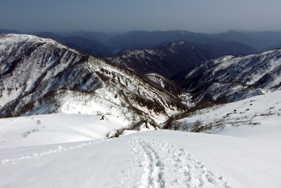 能郷白山山頂からの雪の下山路