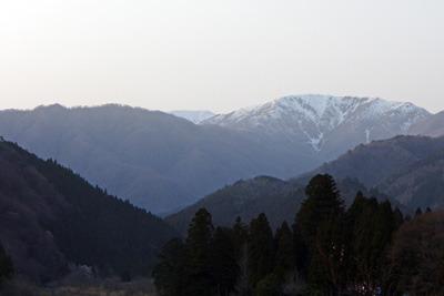 岐阜県北部・能郷集落から見た能郷白山(中央奥)と前山(右)