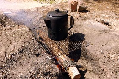 滋賀県湖南アルプス太神山中に開かれた炉で沢水を沸かす