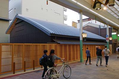 鳩居堂京都本店前に建てられた平屋仮店舗と後方の工房ビル