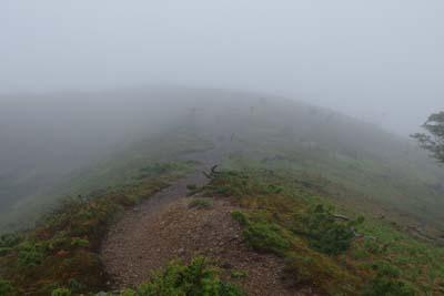霧深い鈴北岳直下の登坂
