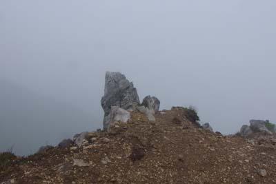 御池岳の断崖から突き出た天狗の鼻