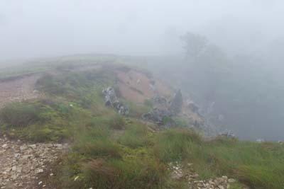 御池山塊の台地南西端と、その際に続く道