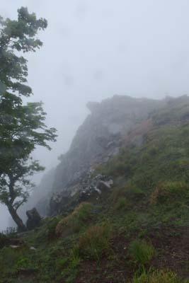 御池岳南部の崖際から「天狗の鼻」とその下の断崖を見る