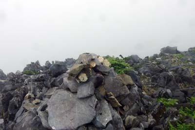御池岳ボタンブチの遭難者慰霊用ケルン