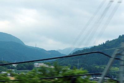 滋賀県多賀辺りから見た、鈴鹿山地奥に霞む鞍掛峠南・御池岳北横の主稜線