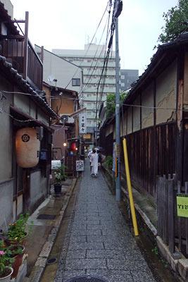 ビルの壁に圧せられる、京都市街・新釜座町南側の膏薬辻子