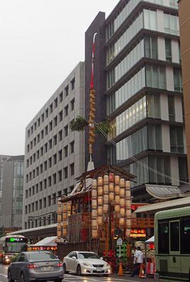 ビルの谷底、車輌の川中にある、京都・祇園祭山鉾巡行の主役的存在「長刀鉾」