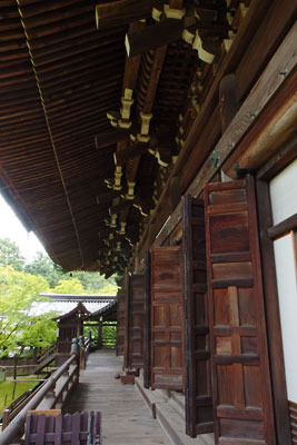 お盆最終日午前の京都・真如堂(真正極楽寺)本堂の北側面