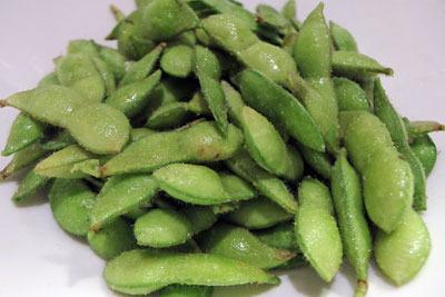 塩もみして茹でるのを待つ、京都の町家奥庭の菜園で栽培した枝豆