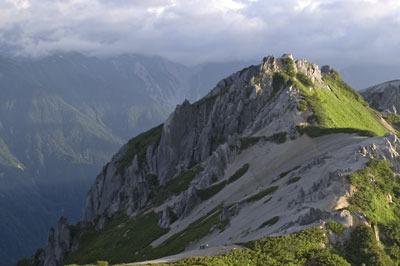 北アルプスの秀峰「燕岳」(つばくろだけ)山頂から見た立山方面。背後の山脈中央のガレ場向こう(上)に立山が覗く筈だが、生憎の曇天で見えない。2013年7月22日撮影