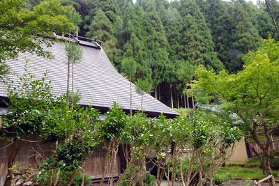 茅葺民家(屋根は金属板で隠蔽)と北山杉ある典型的な京都・北山風情を見せる芹生集落の一景