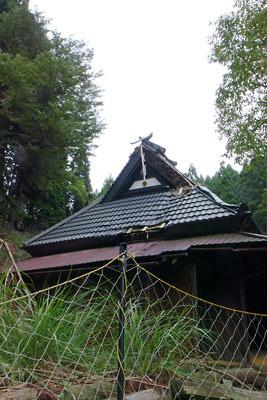 台風被害による屋根の損傷が放置される、京都・芹生集落の茅葺民家