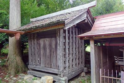 京都市北部山間にある黒田地区宮集落の春日神社境内に残る、貴重な南北朝期建築「宝蔵」