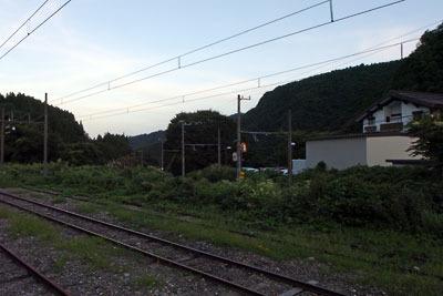 日の出直前の立山駅周辺。奥の線路が富山地方鉄道立山線、手前の線路が同線の引込線