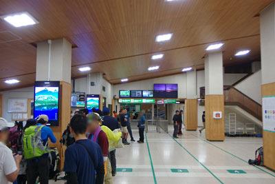 立山ケーブルの立山駅改札前で始発を待つ人々