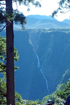 立山高原バスの車窓から見た、七曲付近の高原と彼方の富山平野や能登の山々