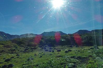 立山高原バスの車窓から見た、天狗平付近に現れた朝日の下に四角い頭を持つ立山