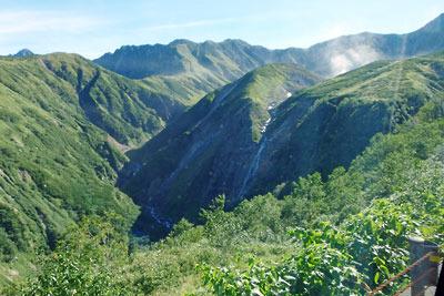 天狗平付近を登坂する立山高原バスの車窓から見た、ソーメン滝