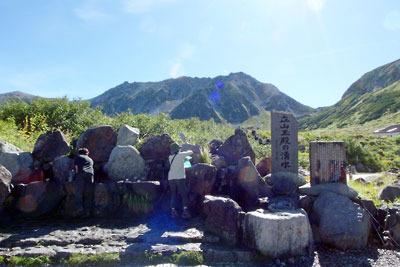 室堂ターミナル裏手にある水場「玉殿の湧水」と背後に聳える立山