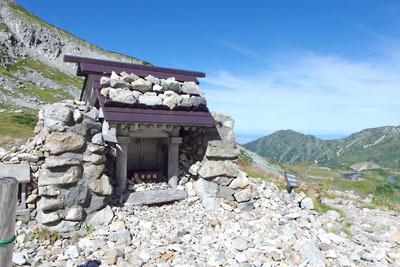 一ノ越鞍部の手前の登山路脇に現れた「祓堂(はらいどう)」