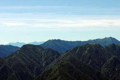 立山南横の鞍部「一ノ越」から見えた北アルプス表銀座の秀峰「燕岳(つばくろだけ。2763m)」や「大天井岳(おてんしょうだけ。2922m)」