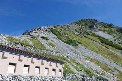 一ノ越から見上げた立山山頂へ続く稜線と、そこに取りつく多くの登山者
