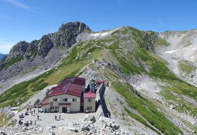 立山南側の尾根上の登山路から見た、一ノ越鞍部や一ノ越山荘。