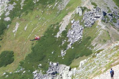 一ノ越から立山山頂へ続く尾根道から見えた、一ノ越に接近する富山県の赤いヘリコプター