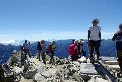 立山山上の一等三角点付近で寛ぐ登山者