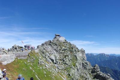 立山三峰の一つで、雄山神社の祠(峰本社)が立つ雄山山頂