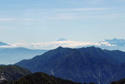 立山の雄山山頂付近から見た、彼方の富士山頂(中央奥)