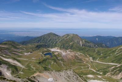 立山の雄山山頂付近から見た、眼下の室堂平やその向こうの富山湾や能登半島