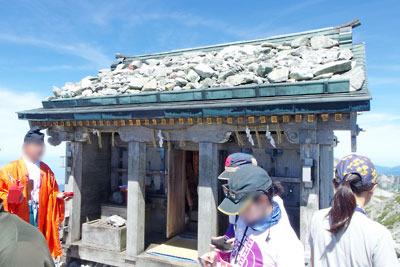 立山雄山山頂の雄山神社「峰本社」と神職や参拝者