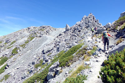 立山の雄山山頂から、その最高峰の大汝山まで続く巻道登山道