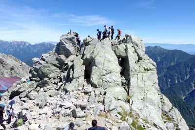 立山大汝山の山頂に集い、記念撮影に興じる登山者