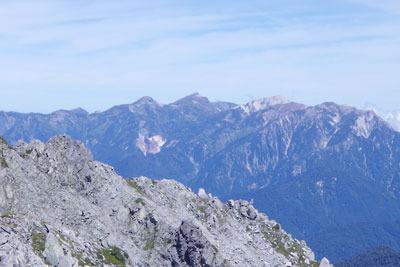 立山の大汝山山頂から北方に見えた、白馬岳(2932m。中央奥)