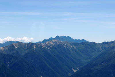 立山大汝山山頂から見た、奥黒部の連山向こうに屹立する槍ヶ岳(中央奥の尖った峰)