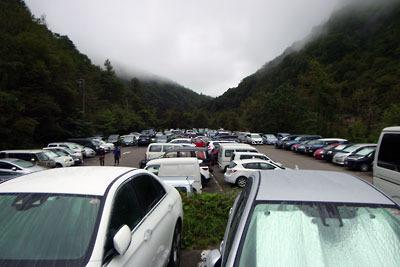 満車状態の新穂高温泉の駐車場(平日朝6時台)