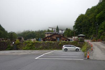 北アルプス登山の拠点であり、今回の山行起点である「新穂高登山指導センター」(中央)