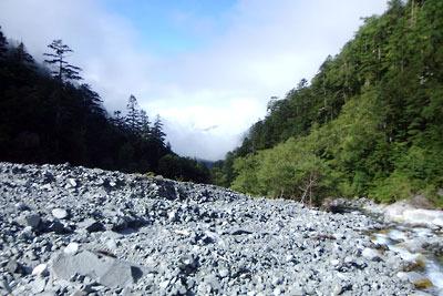槍ヶ岳へと続く長い樹林の道を進んで現れた「滝谷」の広河原