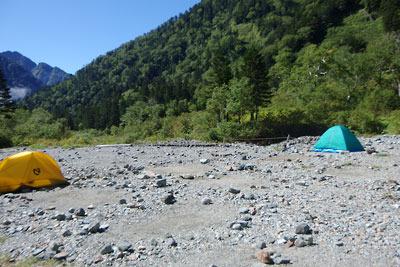 槍ヶ岳へ続く飛騨沢沿いの広い河原にある槍平小屋のテント場