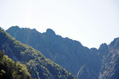 槍平小屋付近の槍ヶ岳登山道から見た、日本屈指の難ルート、奥穂高・西穂高間の険しい稜線とその象徴的存在「ジャンダルム岩稜(中央左)」