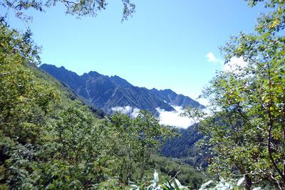 槍ヶ岳への右俣登山道の標高2300m辺りから見えた、奥穂高から西穂高岳付近の稜線