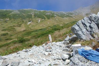 槍ヶ岳へ続く飛騨沢登山道の途中に現れる、標柱と救急箱が置かれた「千丈沢乗越分岐」