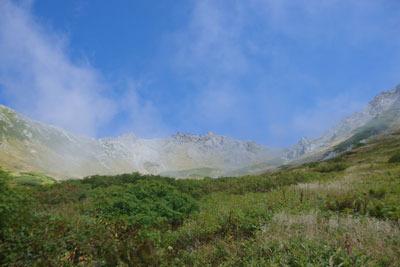 千丈沢乗越分岐から見た飛騨沢圏谷と、奥に聳える槍ヶ岳(左)及び槍ヶ岳山荘(中央)