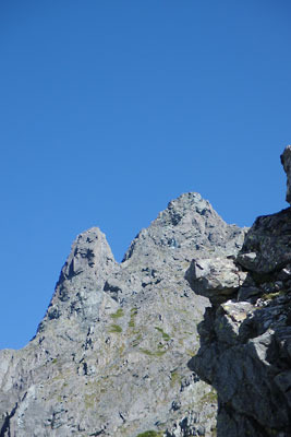 千丈沢乗越東方の西鎌尾根から望遠撮影した大槍(槍ヶ岳山頂)と小槍