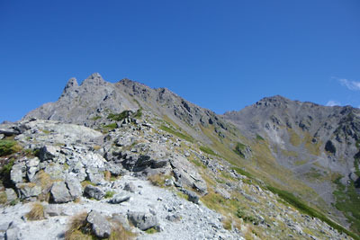 千丈沢乗越から西鎌尾根を少し登って見た、槍ヶ岳(左端右峰)と槍ヶ岳山荘がある山上、そして飛騨乗越や大喰岳